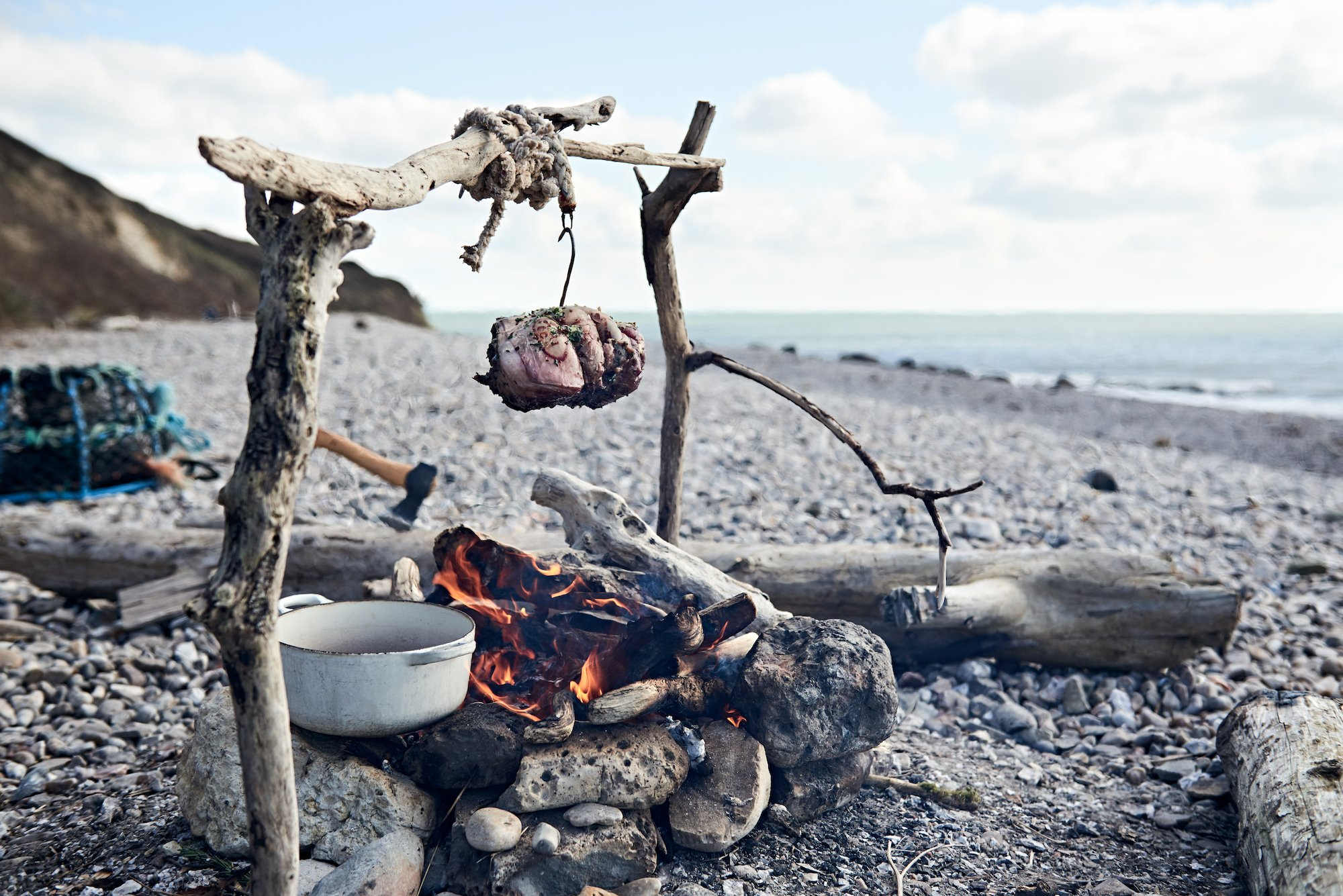 Joint cooking on pebble beach